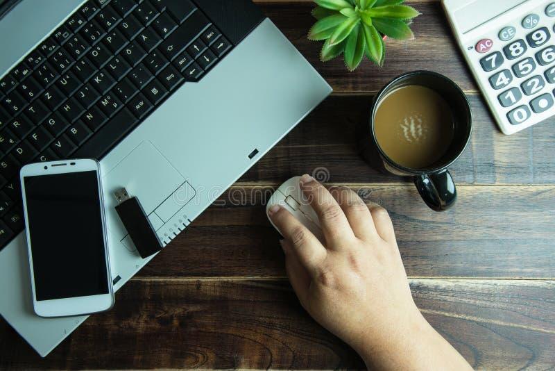 Взгляд сверху руки вещества офиса на беспроволочной мыши с умным телефоном стоковое изображение rf