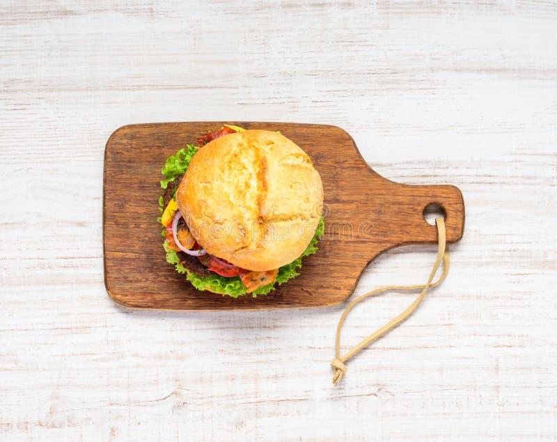 Взгляд сверху сандвича бургера стоковые фото