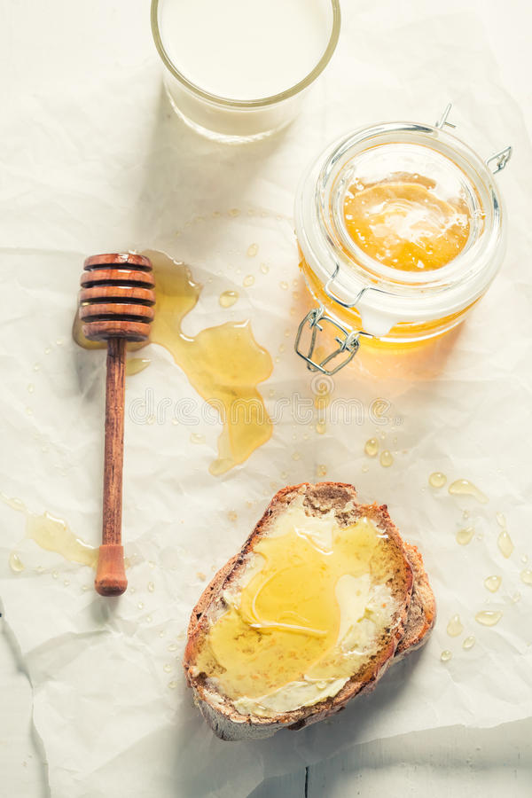Взгляд сверху сандвича с медом и молоком стоковое изображение rf