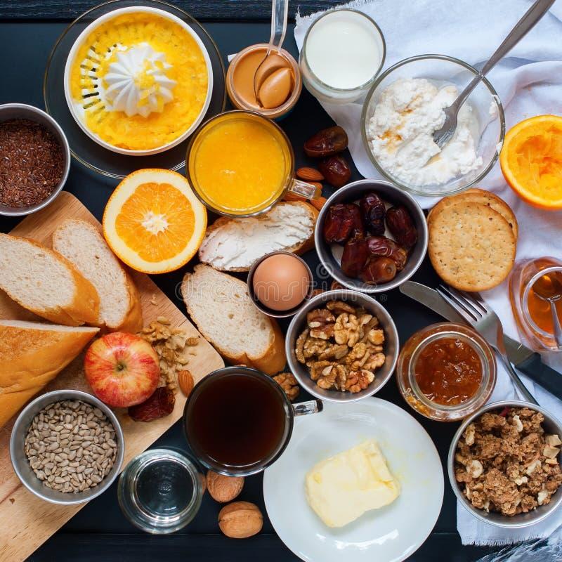 Взгляд сверху свежих продуктов завтрака ассортимента установленное стоковые изображения rf