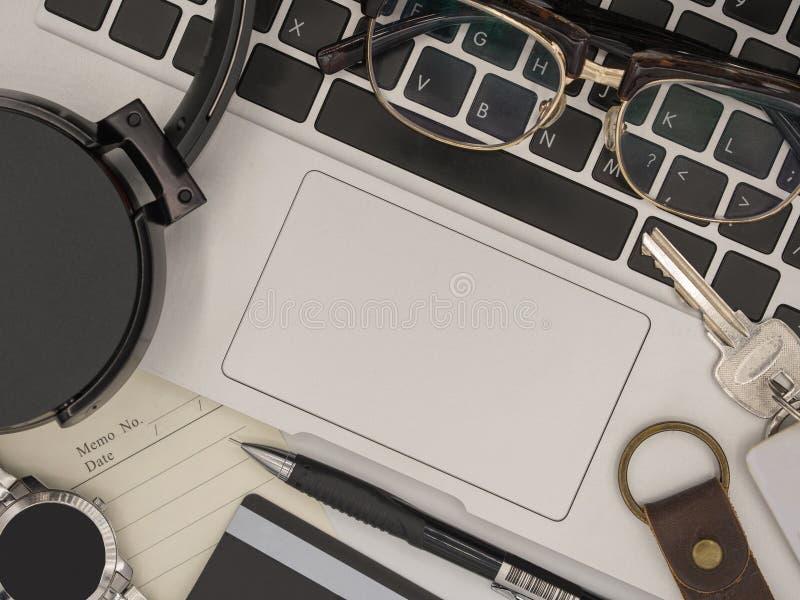 Взгляд сверху современного портативного компьютера с бумагой памятки, карандашем, sm стоковые изображения rf