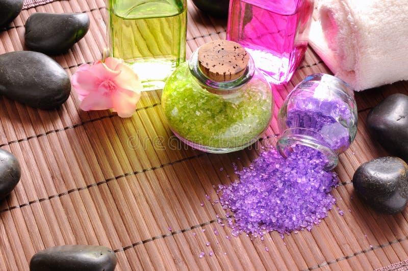 Взгляд сверху солей для принятия ванны и масла для тела стоковые фотографии rf