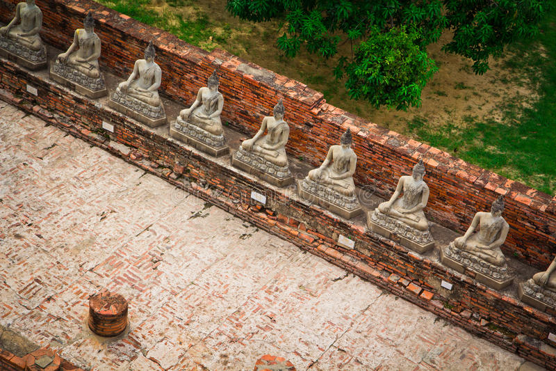 Взгляд сверху старой статуи Будды в ряд стоковая фотография