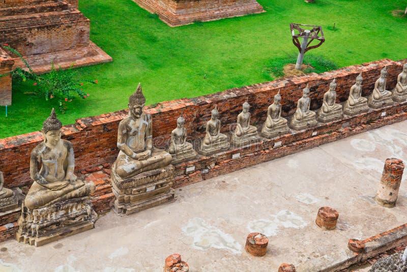Взгляд сверху старой статуи Будды в ряд стоковое фото rf