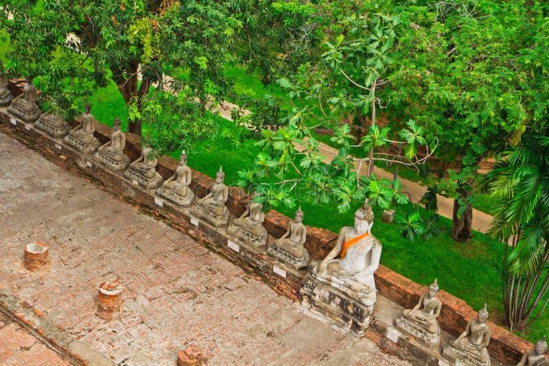 Взгляд сверху старой статуи Будды в ряд стоковые изображения