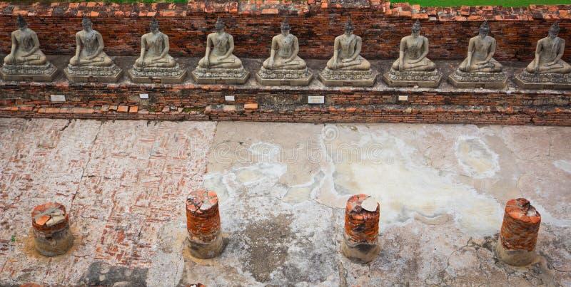Взгляд сверху старой статуи Будды в ряд стоковое изображение rf