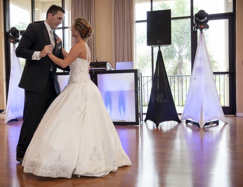 взгляд сверху съемки groom танцы невесты стоковые фотографии rf