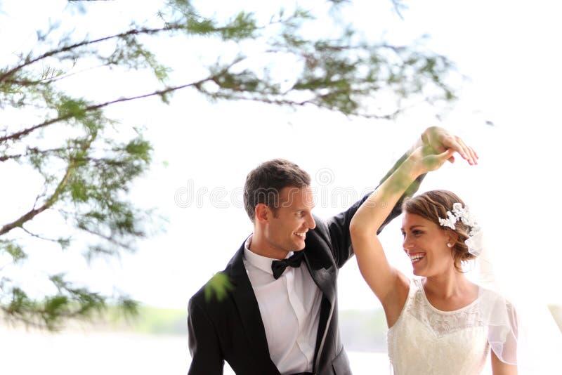 взгляд сверху съемки groom танцы невесты стоковое фото