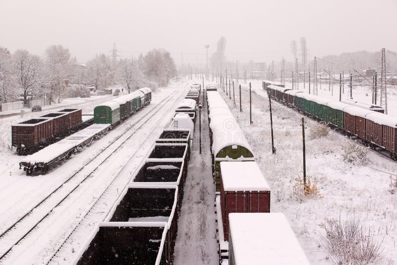 Взгляд сверху товарного состава с экипажами на железных дорогах на зиме стоковые фото