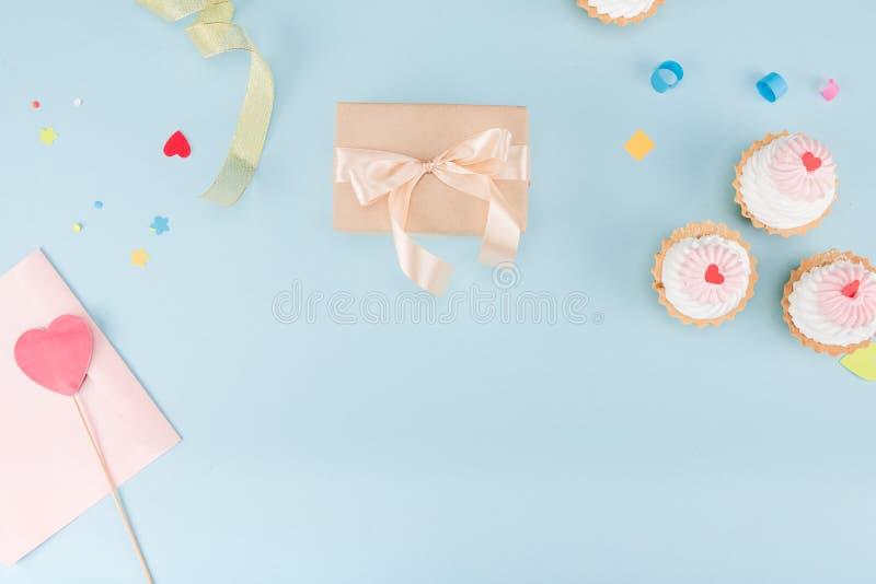 Взгляд сверху тортов и подарочной коробки с модель-макетом лент стоковое фото rf
