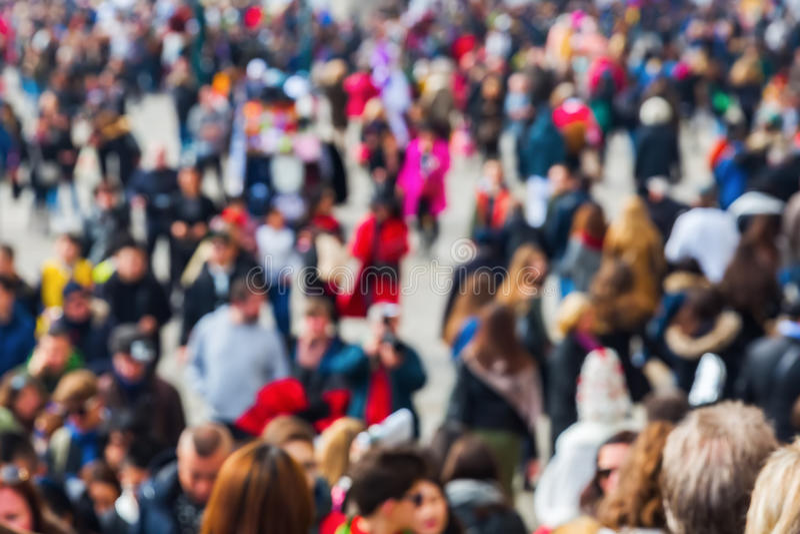 Взгляд сверху толпы людей из фокуса стоковая фотография