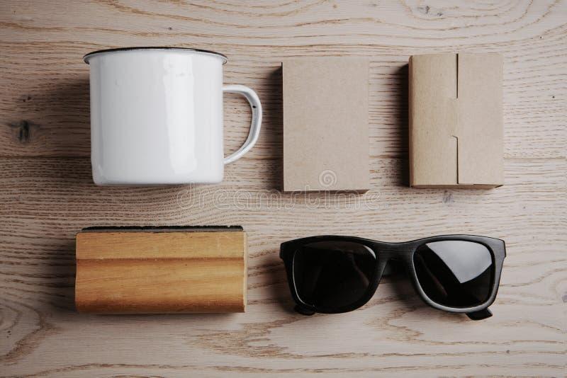 Взгляд сверху элементов офиса, солнечных очков, чашки дальше стоковая фотография rf