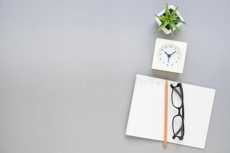 Взгляд сверху eyeglasses карандаша тетради на столе стоковые изображения