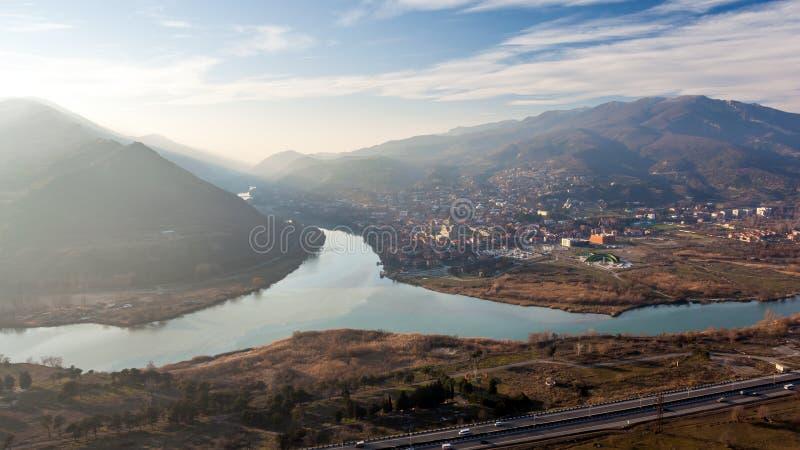 Взгляд сверху Mtskheta, Georgia, старый городок лежит на Conf стоковые изображения