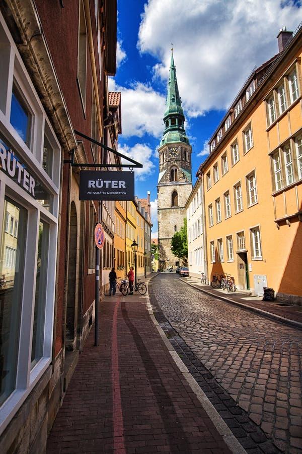 Взгляд святой перекрестной церков на перекрестной улице в старом городке, Ганновере, Германии стоковое изображение