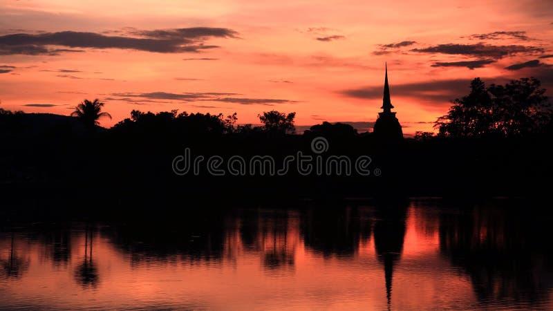 Взгляд силуэта пагоды на twilight небе стоковое изображение