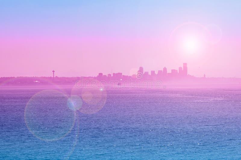 Взгляд силуэта Сиэтл с пирофакелом солнца стоковые фотографии rf