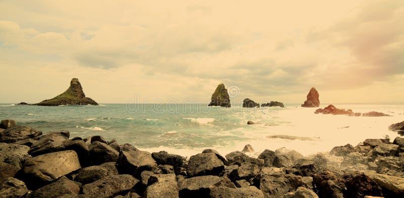 Взгляд скалы около Катании в Сицилии в фильтре Acitrezza теплом стоковое изображение