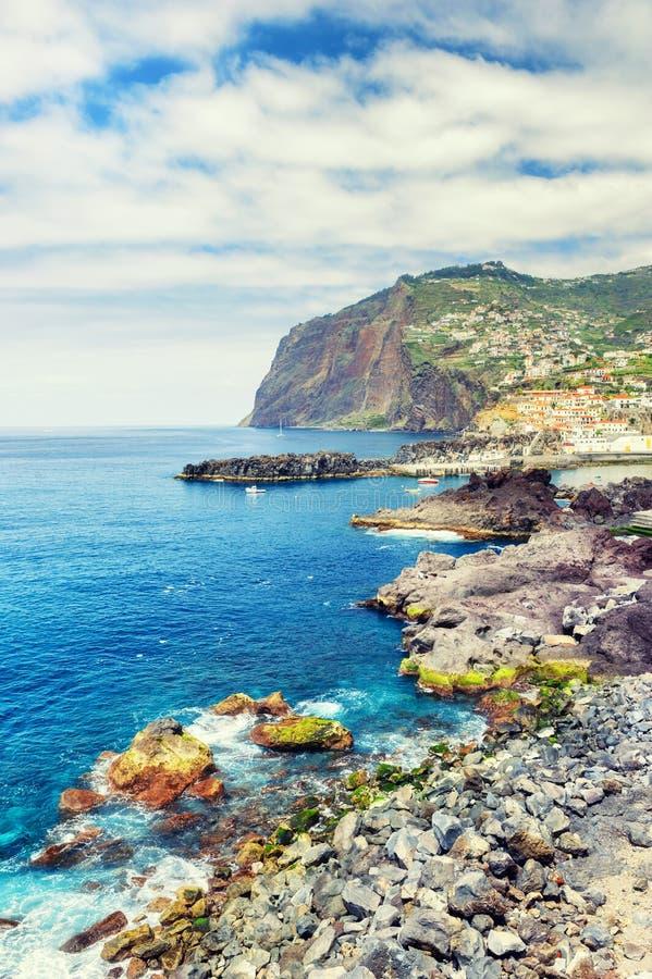 Взгляд скалы Cabo Girao и городка Camara de Lobos Мадейра islan стоковые фото