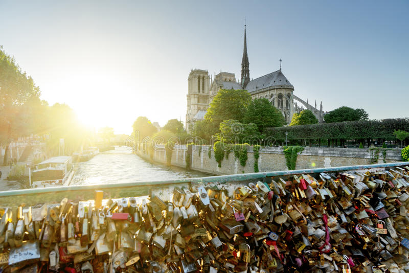 Взгляд собора Нотр-Дам в Париже с известными замками влюбленности стоковое фото rf