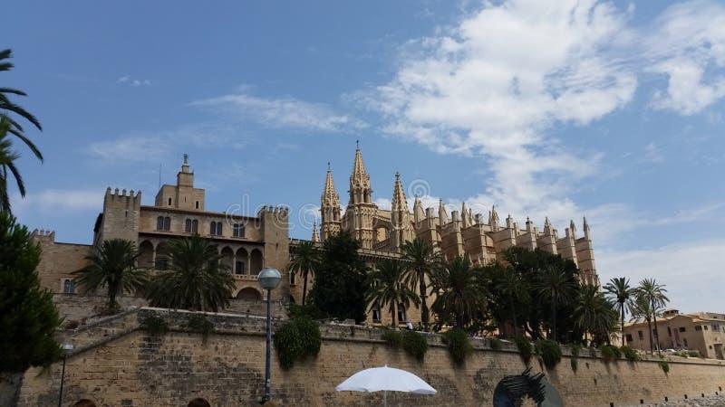 Взгляд собора Almudaina Ла королевского дворца Palma de Mallorca стоковые фото