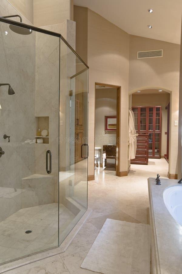 Взгляд современной ванной комнаты стоковые фотографии rf