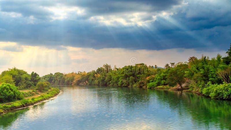 Взгляд солнечного луча над предпосылкой реки стоковая фотография rf