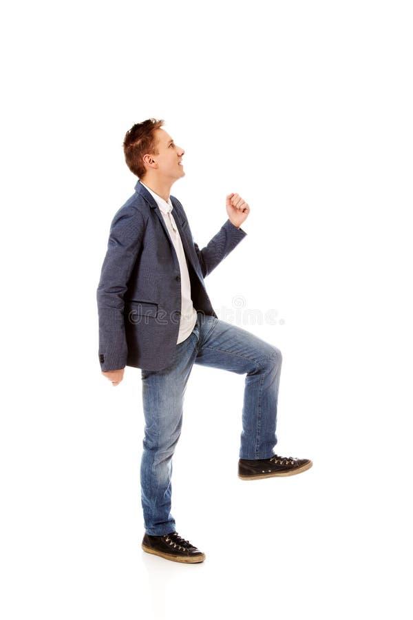 Взгляд со стороны бизнесмена взбирается лестницы стоковая фотография rf