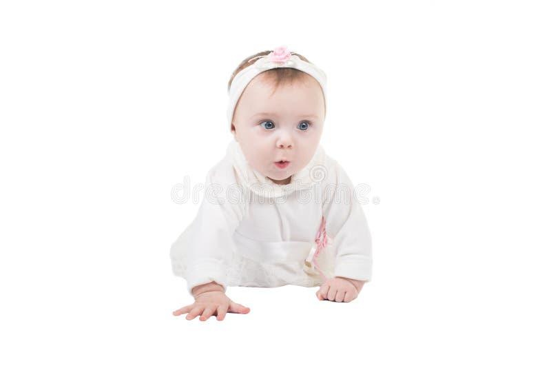 взгляд со стороны девушки пола младенца вползая милый стоковое фото rf