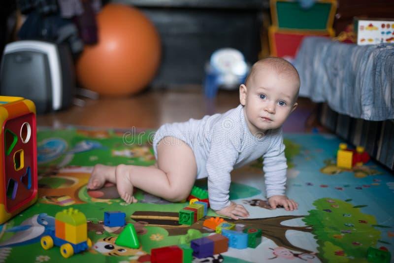 Взгляд со стороны милого вползая младенца стоковые изображения rf