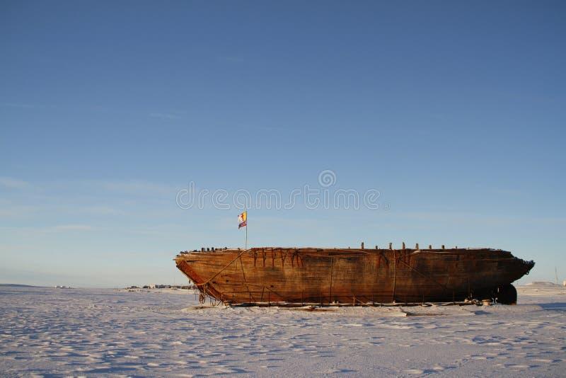 Взгляд со стороны остаток кораблекрушением Maud, залив Nunavut Кембриджа стоковое фото