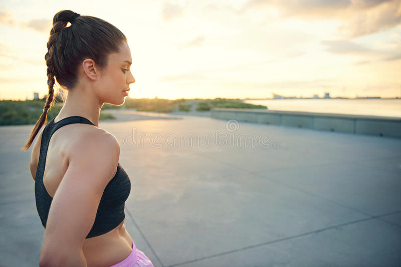 Взгляд со стороны спокойной спортсменки около портового района стоковые изображения