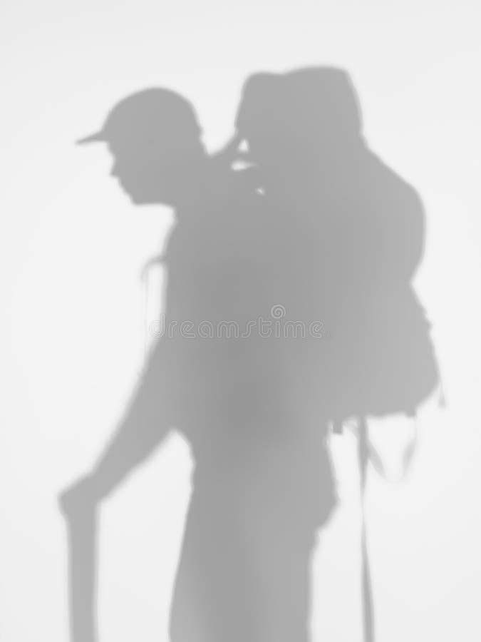 Взгляд со стороны человека с backpacker, силуэтом стоковое изображение