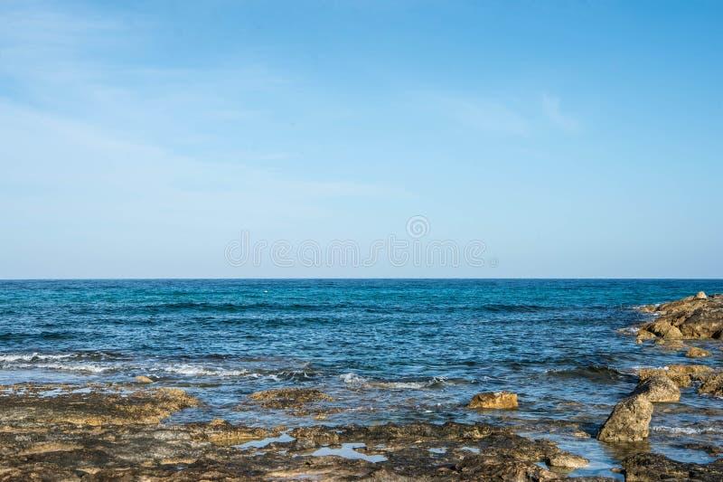 Взгляд Средиземного моря от побережья в утре стоковое изображение rf