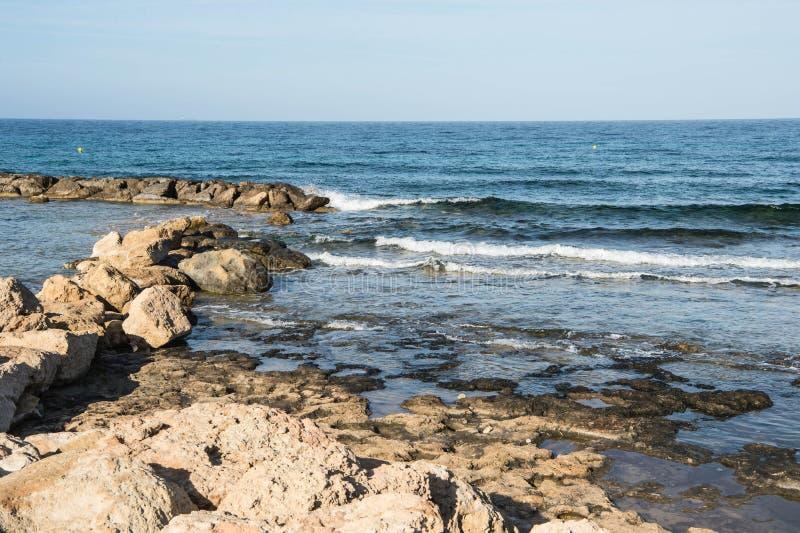 Взгляд Средиземного моря от побережья в утре стоковое фото