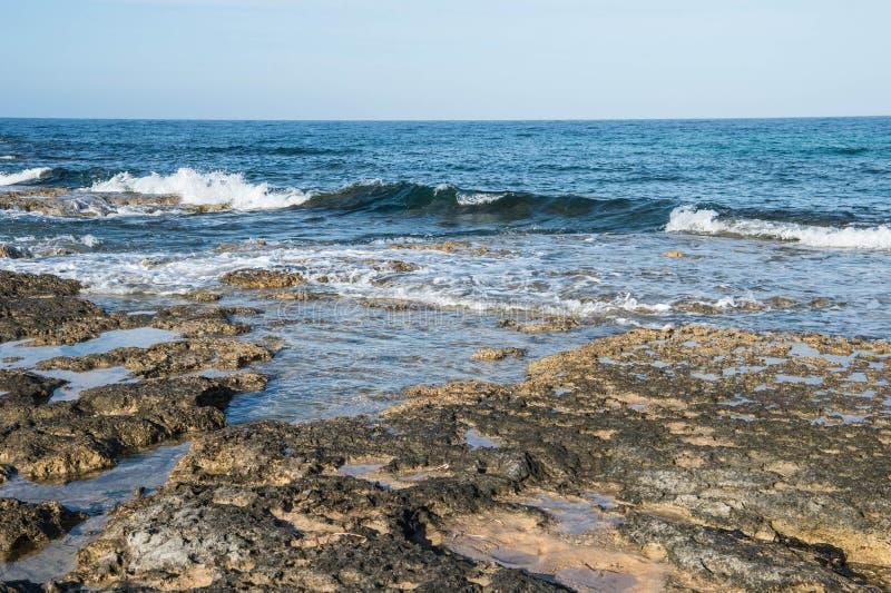 Взгляд Средиземного моря от побережья в утре стоковые фото