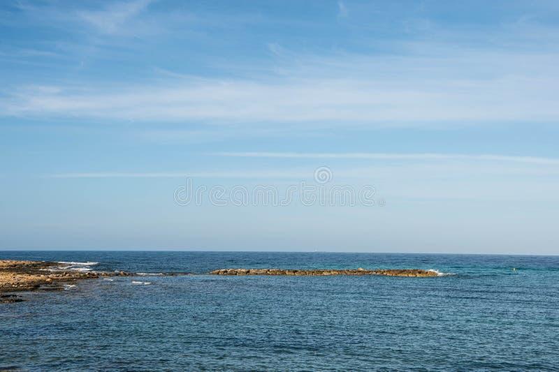 Взгляд Средиземного моря от побережья в утре стоковые фотографии rf