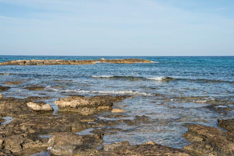 Взгляд Средиземного моря от побережья в утре стоковая фотография