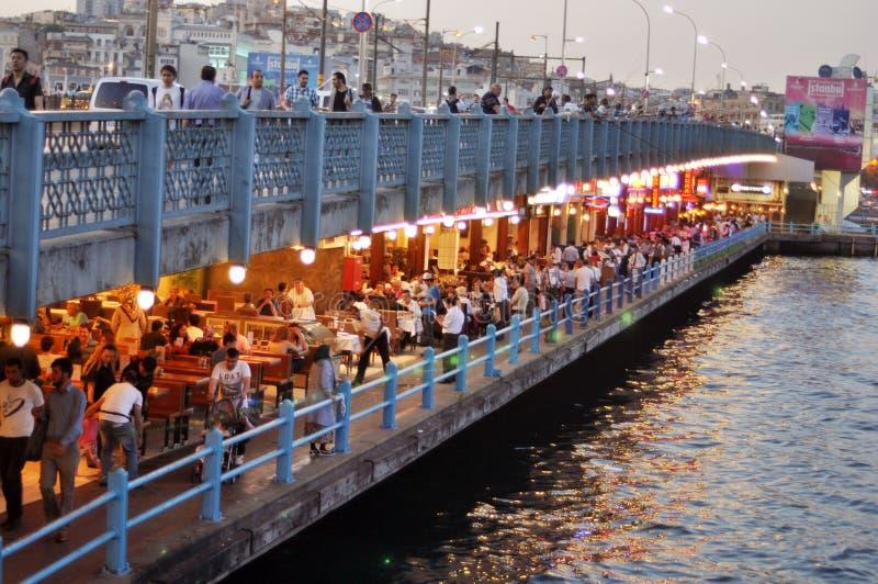 Взгляд Стамбула и башни и моста Galata на ноче стоковые фотографии rf