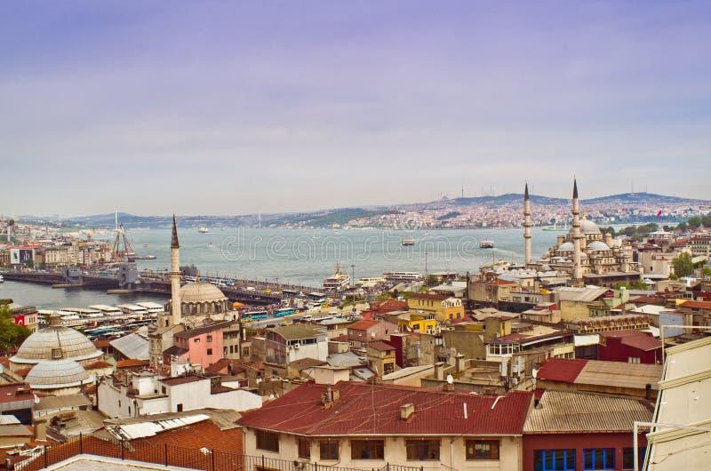 Взгляд Стамбула с мостом Galata и мечетью Yeni Cami, Турцией стоковое изображение rf