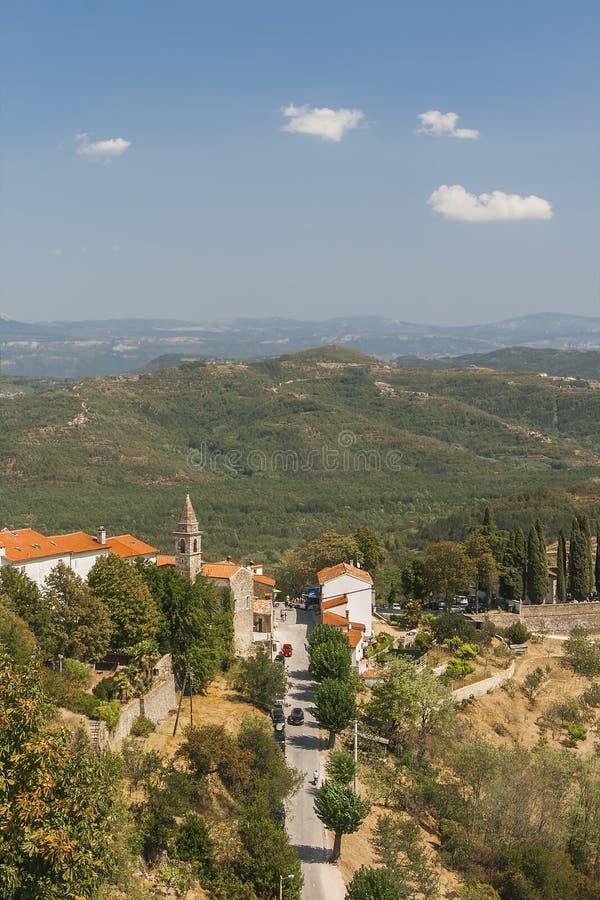 Взгляд старой башни и окружающих гор стоковые фотографии rf