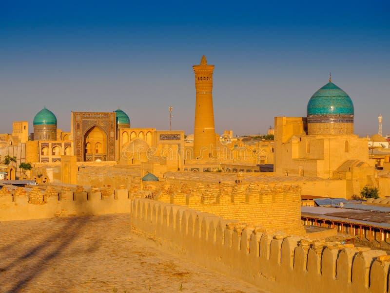 Взгляд сложного Poi Kolon с крепостью на заходе солнца, Бухарой ковчега, Узбекистаном Всемирное наследие ЮНЕСКО стоковая фотография rf