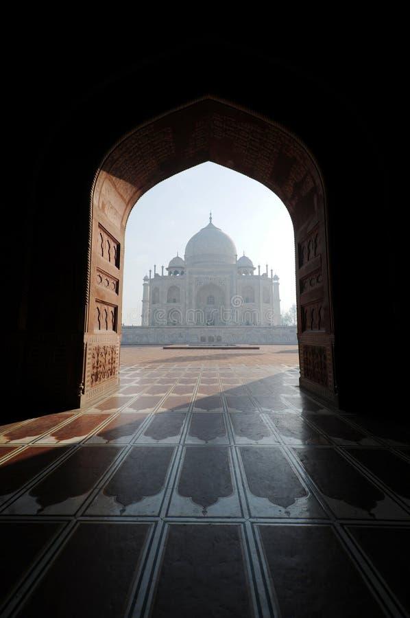 Взгляд Тадж-Махала с другой стороны мечети стоковое фото rf