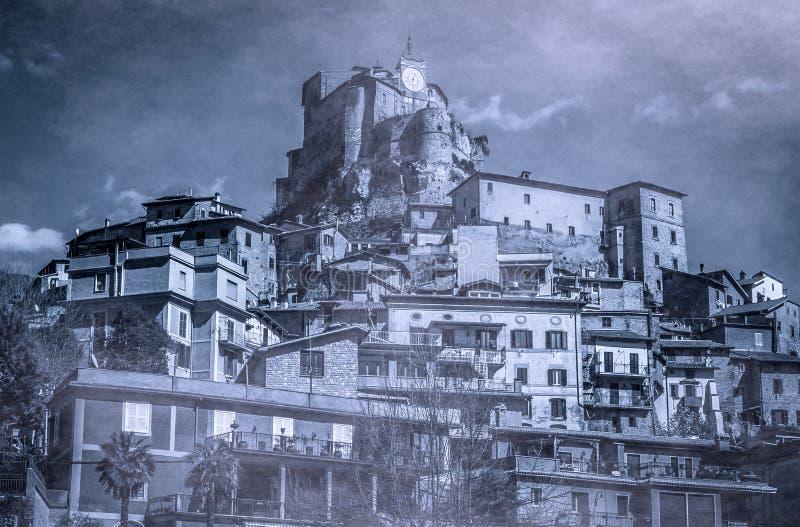 Взгляд темного горного села с замком, Subiaco стоковые изображения rf