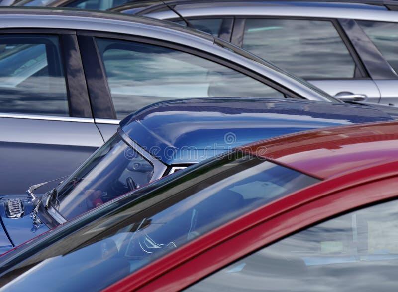 Взгляд телеобъектива припаркованных автомобилей стоковые фотографии rf