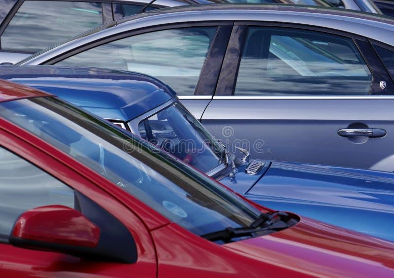 Взгляд телеобъектива припаркованных автомобилей стоковая фотография