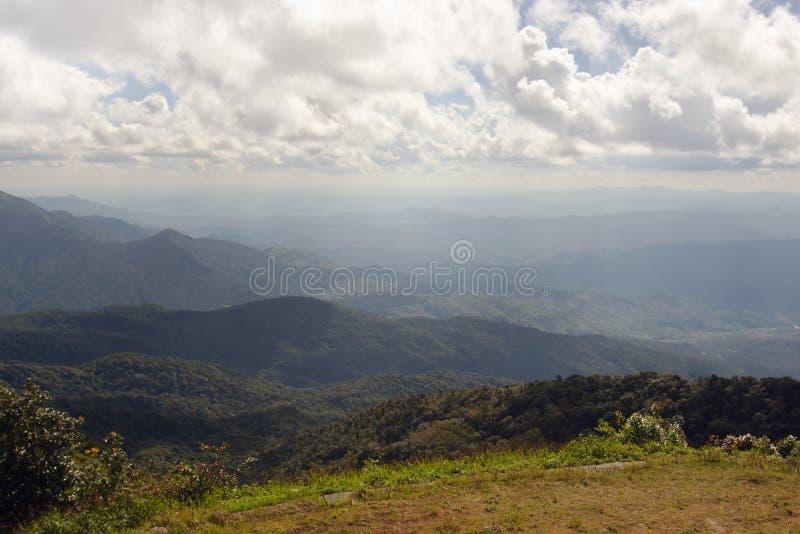 Взгляд травы, горы и облачного неба Chiangmai Таиланда стоковое фото