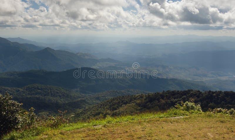 Взгляд травы, горы и облачного неба Chiangmai Thailands стоковые изображения rf