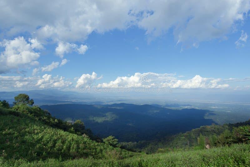Взгляд травы, горы и облачного неба Chiangmai Thailands стоковое фото