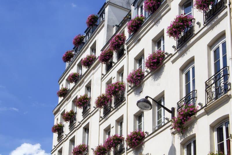 Взгляд традиционного здания в Париже стоковая фотография